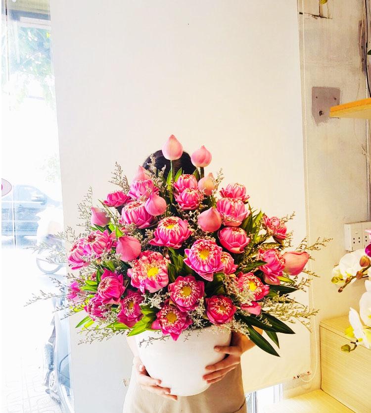 Chậu hoa sen sang trọng